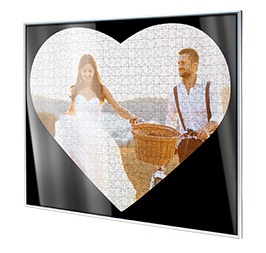Puzzle frame for heart photo puzzle; Detailed view corner